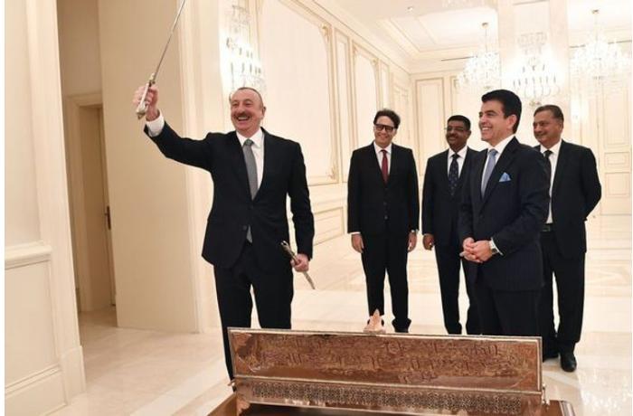 Гендиректор ИСЕСКО вручил Президенту Ильхаму Алиеву подарок - ФОТО