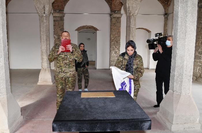 Ильхам Алиев и Мехрибан Алиева посетили мечети в Шуше - ФОТО