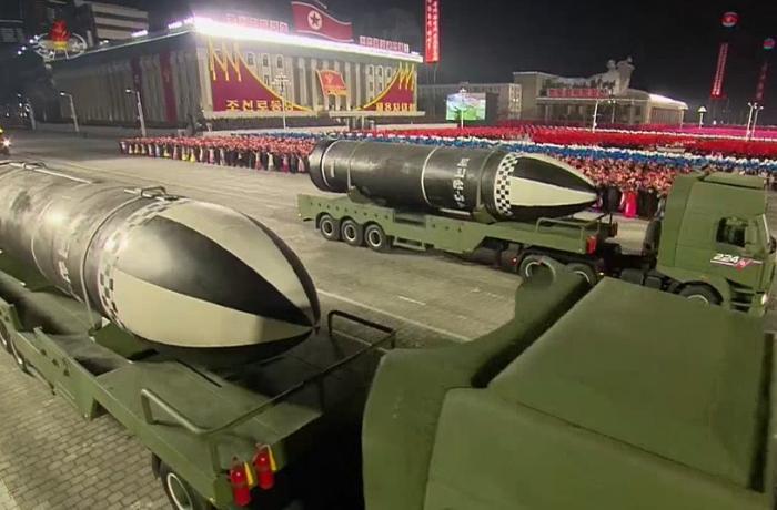 """Şimali Koreya """"dünyanın ən güclü silahlı"""" adlandırılan raketləri təqdim etdi"""