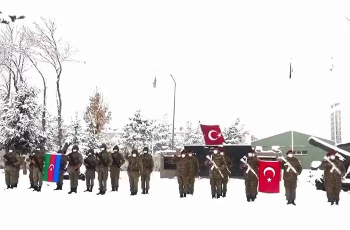 Hərbçilərimiz təlimlərin keçiriləcəyi Qarsda - VİDEO