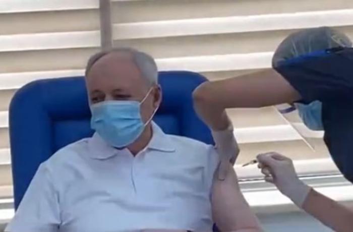 Oqtay Şirəliyev koronavirus əleyhinə peyvənd olundu