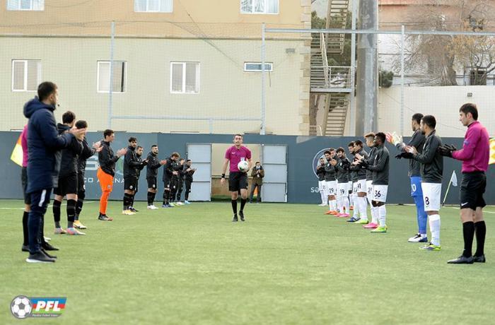 Vətən müharibəsindən qayıdan hakimi futbolçular belə qarşıladı - FOTO