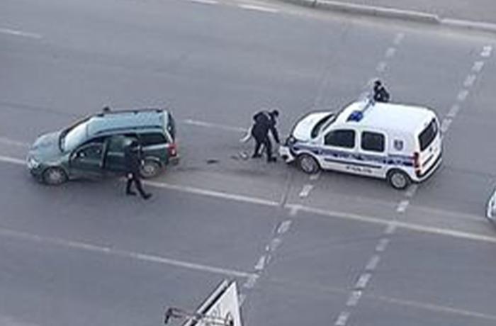 Bakıda polis maşını minik avtomobili ilə toqquşdu