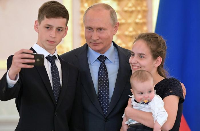 Putin 3-cü uşağa görə 1 milyon verilməsini təklif edib