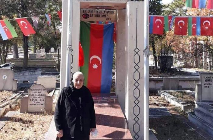 Polad Həşimovun anası Rəsulzadənin məzarını ziyarət etdi - FOTOLAR