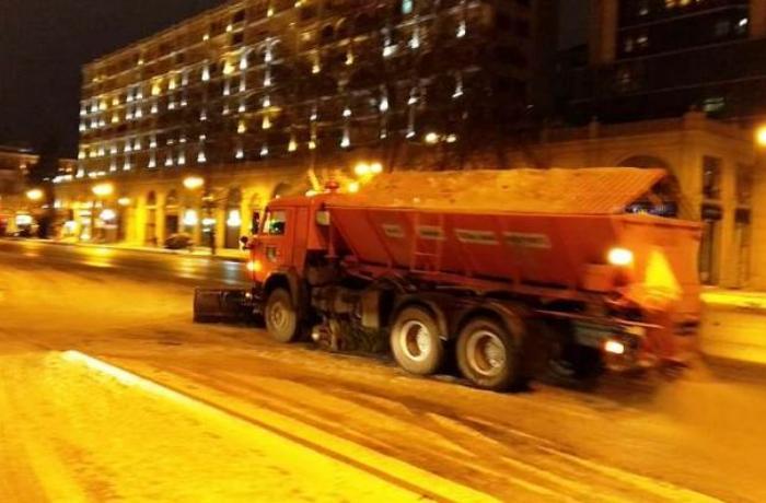 BŞİH: Yolların qardan təmizlənməsi gecə ərzində də davam etdiriləcək - FOTO