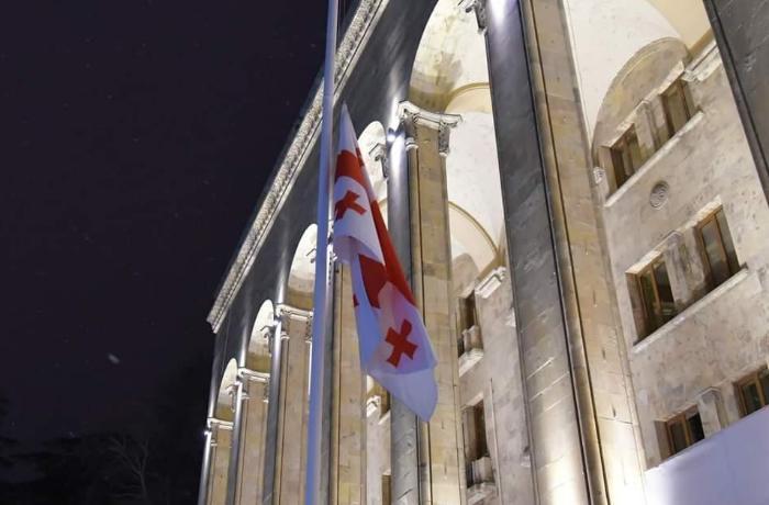 Gürcüstanda dövlət bayraqları endirildi