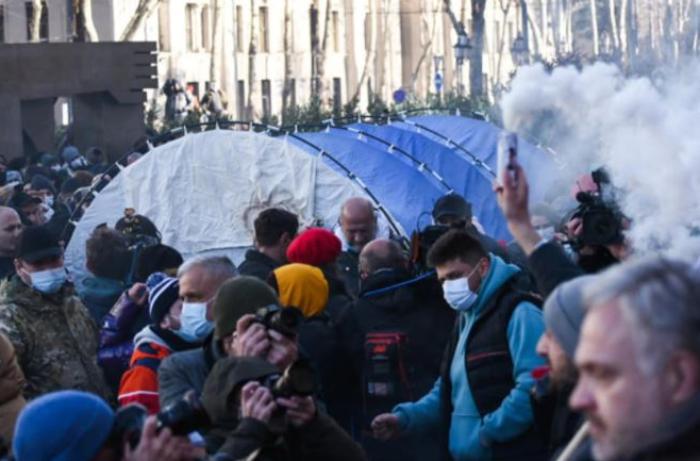 Gürcüstanda müxalifətçilər gecəni parlament binasının qarşısında keçirdi