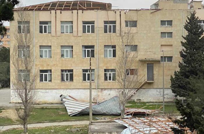 Bakıda güclü külək məktəbin damını uçurdu - VİDEO