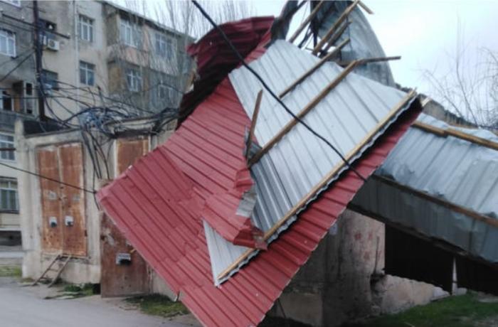 Güclü külək Sumqayıtda binanın bir neçə ay əvvəl təmir olunmuş damını uçurub – FOTOLAR