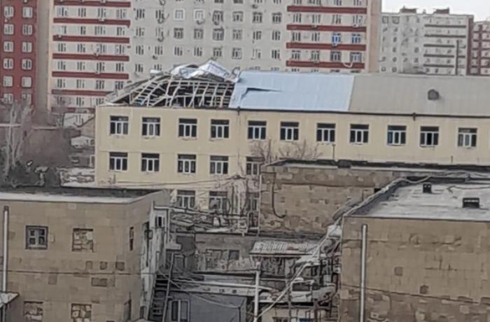 Külək Bakıda daha bir məktəbin damını uçurdu - FOTOLAR