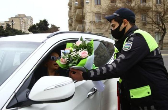 Yol polisi qadın sürücüləri təbrik etdi - FOTOLAR