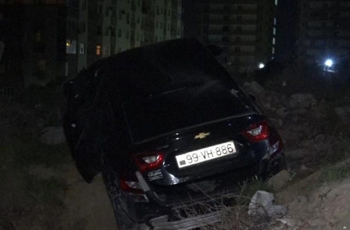 Bakıda hərəkətdə olan avtomobilə atəş açıldı - maşın aşdı - FOTO