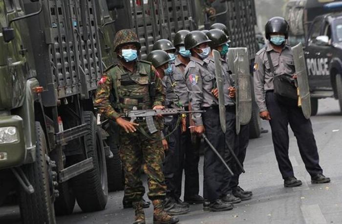 Myanmar ordusu 2 protestocuyu öldürdü, caminin bağış paralarını yağmaladı