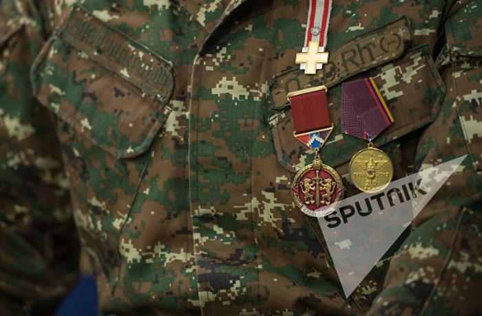Qarabağda öldürülən erməni hərbçiyə verilən medal taksilə göndərildi, ailəsi üsyan etdi
