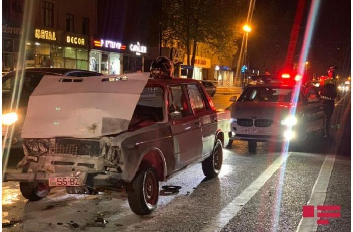 Bakıda qəzaya uğrayan avtomobil yandı - sürücü döyüldü - VİDEO