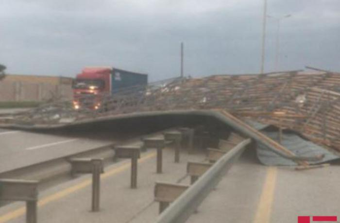 Güclü külək Bakı-Qazax magistralında yolun bağlanmasına səbəb olub - FOTO