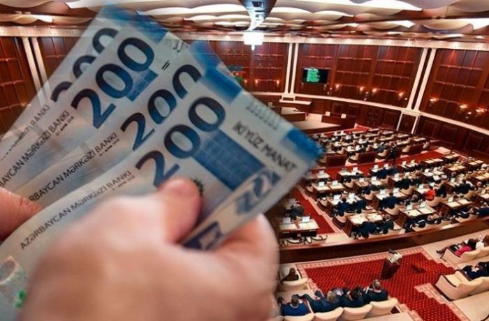 Azərbaycanda millət vəkili həmkarlarının maaşlarının azaldılmasını təklif etdi