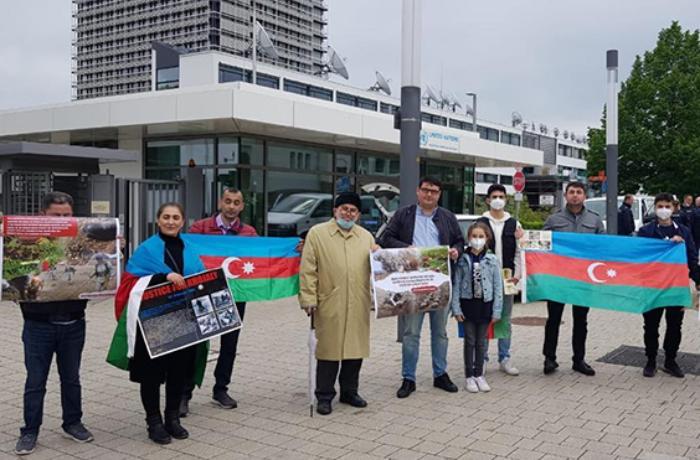 Almaniyada yaşayan azərbaycanlılar etiraz aksiya keçirib – FOTO