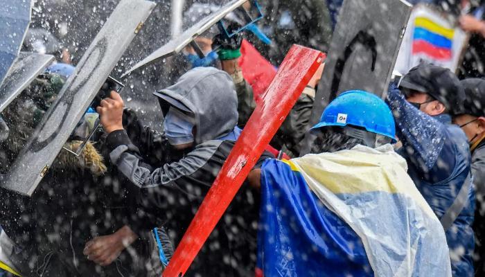 Kolumbiyada etirazlar təhlükəli həddə çatdı - VİDEO