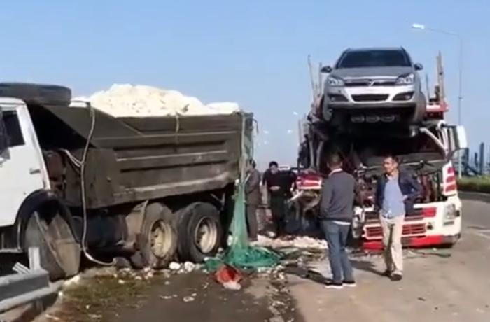 Bakı-Qazax yolunda ağır qəza: TIR yük maşınına çırpıldı – VİDEO