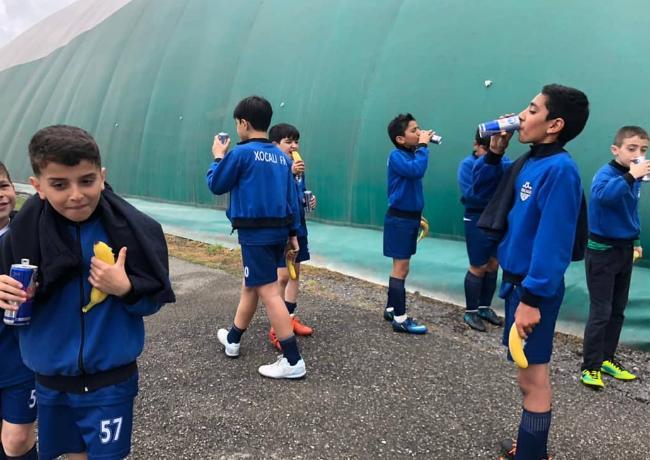 Futbol klubu azyaşlıların energetik içkilər içərkən çəkilmiş fotosunu yaydı – Etiraza səbəb oldu