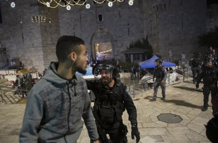 İsrail polisi Əl-Əqsa məscidinə girərək fələstinliləri çıxardı - VİDEO