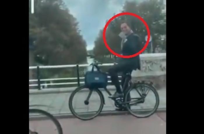 Bu ökədə Baş nazir velosipedi ilə qırmızı işıqda gözlədi - VİDEO