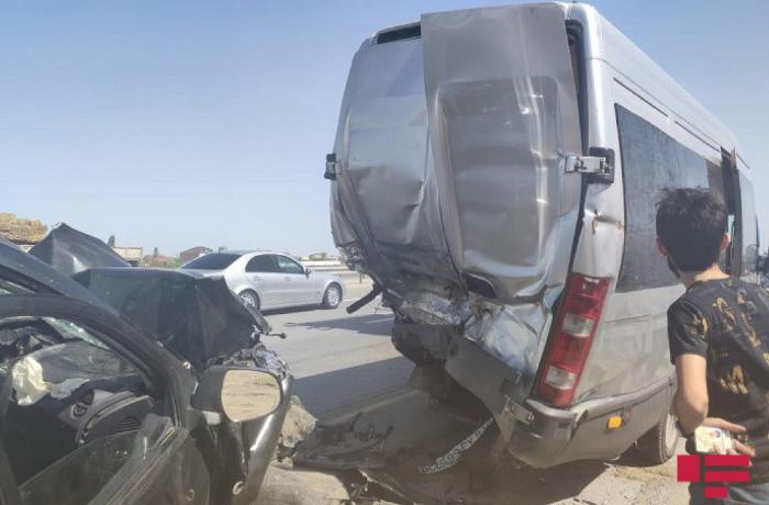 Bakıda mikroavtobus qəzaya uğradı - 3 nəfər xəsarət aldı