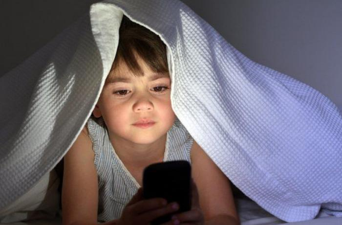 Gecələr telefondan istifadə edən uşaqları gözləyən - 5 təhlükə