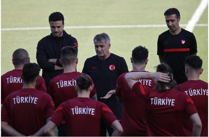 Türkiyəli futbolçular Bakıda əlbəyaxa dalaşıb