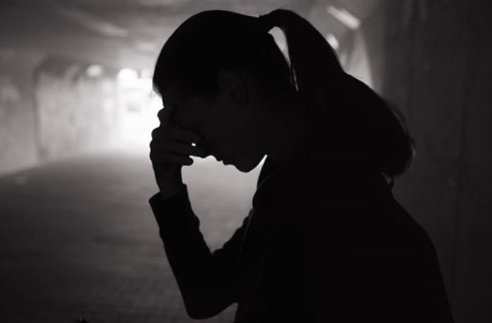 Ananın 18 yaşlı qızını tualetdə zəncirləməsi hadisəsilə bağlı cinayət işi açıldı - YENİLƏNİB