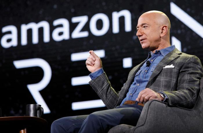 Cef Bezos peyvənd olunmuş işçilərinə nağd pul və avtomobil verir - FOTOLAR