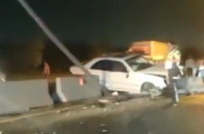 "Abşeronda qəza: ""Mercedes"" betona çırpıldı - VİDEO"