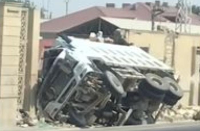 Qobustanda yük maşını divara çırpıldı - VİDEO