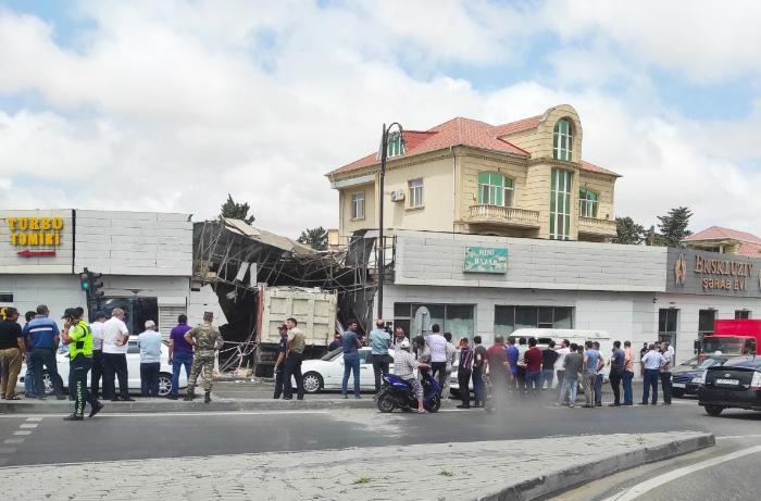 "Bakıda yük maşını ""Mercedes""i vurub obyektə çırpıldı - VİDEO"