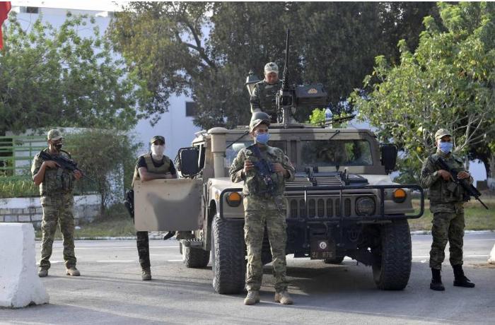 Tunis ordusu hökumət binasını mühasirəyə aldı