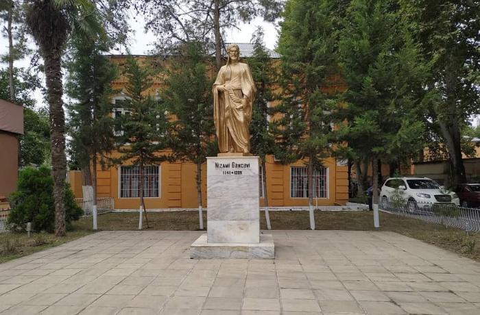 Nizami Gəncəvinin Ağdaşdakı heykəli təmir edilib - FOTO