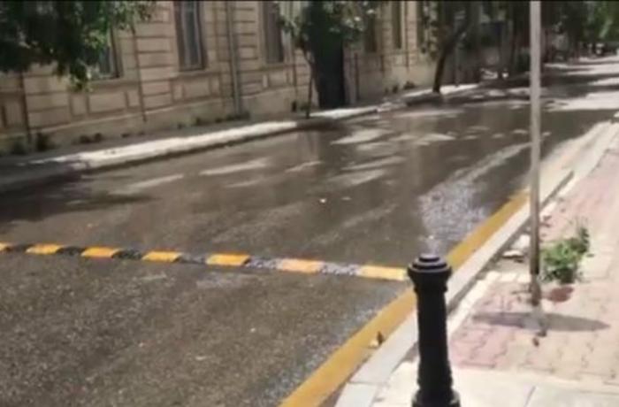 Paytaxtın mərkəzi küçəsini kanalizasiya suyu yuyub aparır - VİDEO