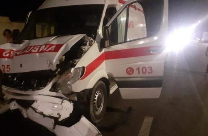 Bakıda təcili yardım maşını qəzaya düşdü, altı nəfər yaralandı