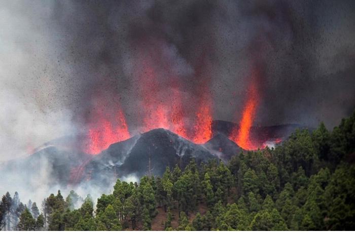 İspaniyada güclü vulkan püskürməsi səbəbilə minlərlə insan təxliyyə edildi