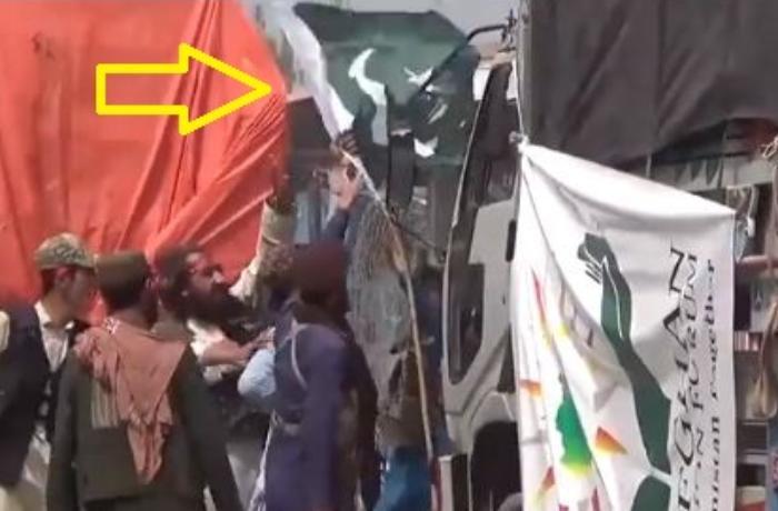 """KİV: """"Taliban"""" yardım aparan yük avtomobilindən Pakistan bayrağını sökdü – VİDEO"""