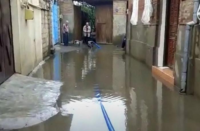 Bakıda yaşayış evləri yağış sularından təmizləndi - VİDEO - YENİLƏNİB
