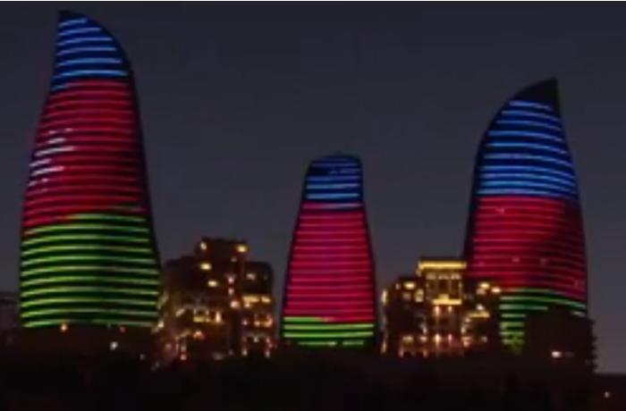 Bakıda Anım Gününün axşamı - Binalarda bayrağımız əks olunur - VİDEO